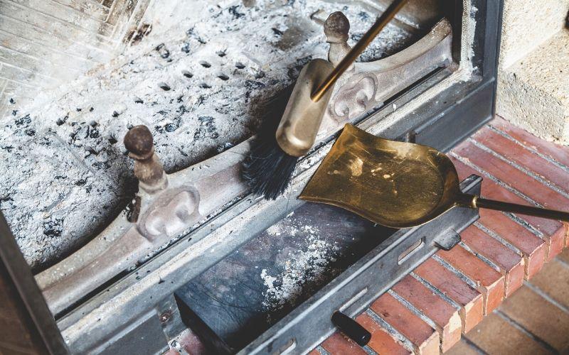 Limpia la chimenea con un cepillo y recogedor