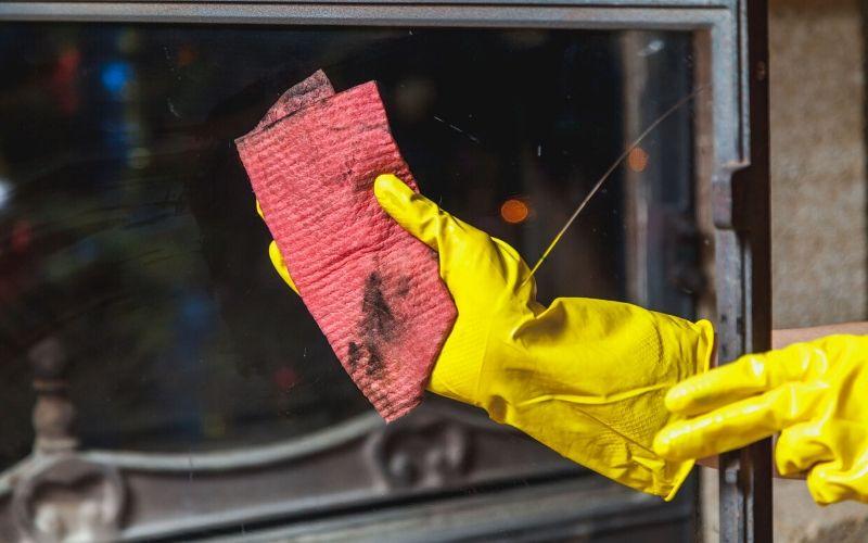 Limpia el embellecedor con un paño húmedo