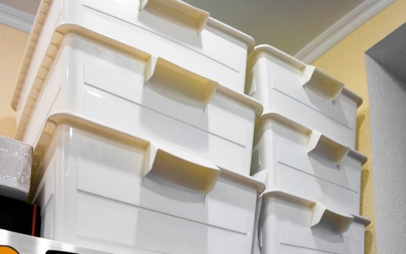 Emplea almacenamiento de cajas apilable