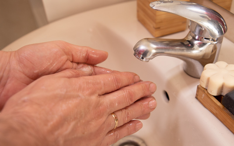 Lava tus manos con agua y jabón