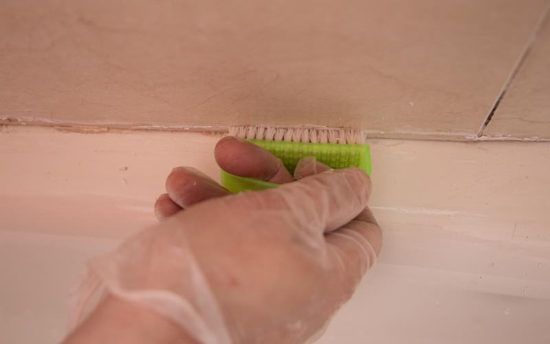Limpia los restos retirados con un cepillo