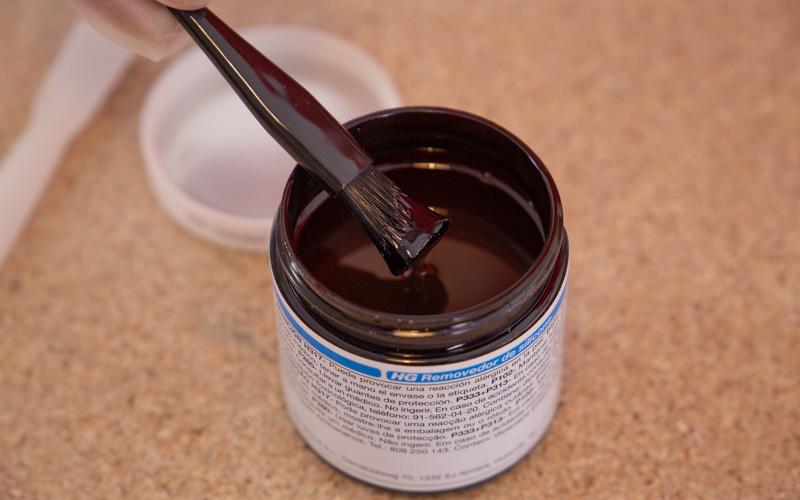 El eliminador de silicona se aplica con un pequeño pincel