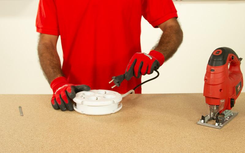 Desenchufa la sierra de calar antes de colocar la hoja de sierra