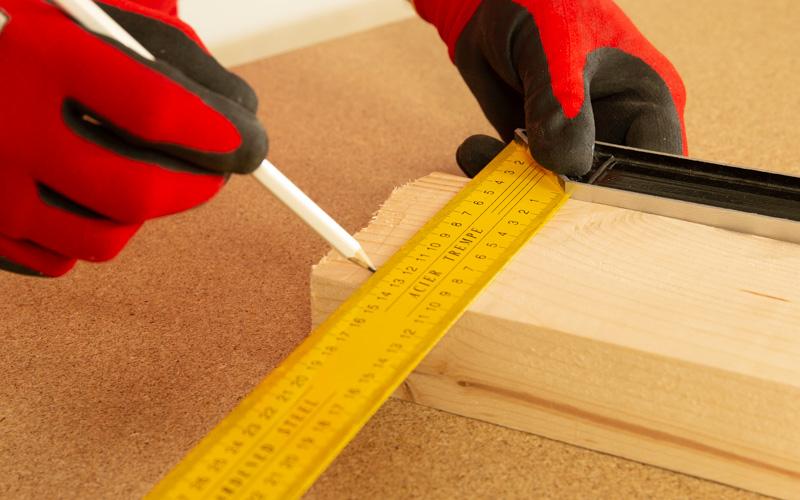 Sanea la madera antes de cortarla recta con la sierra de calar