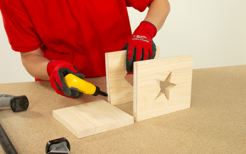 Aplica cola blanca para fijar las piezas