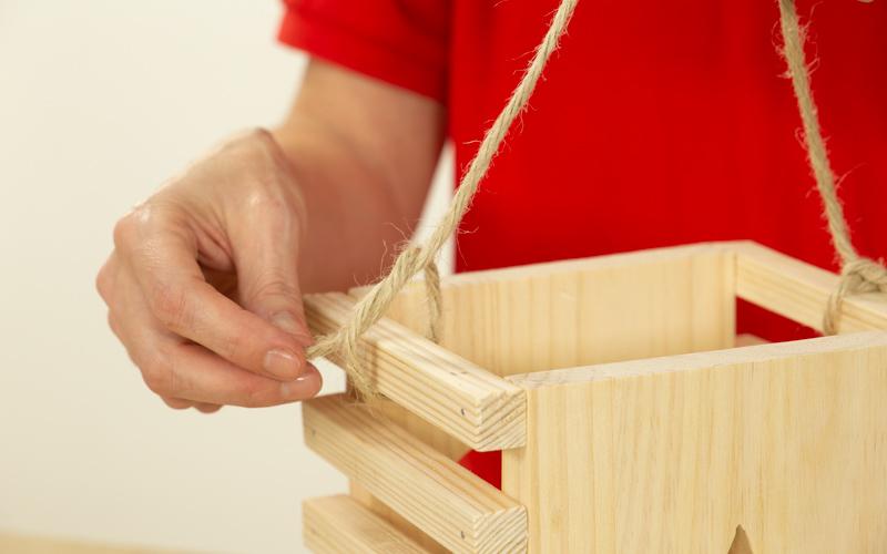 Coloca la cuerda en tu caja de madera de Navidad