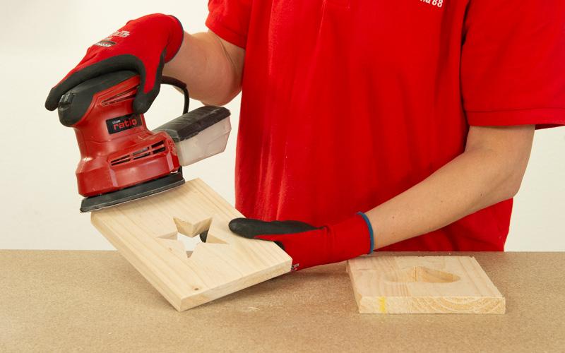 Lija todas las piezas de madera con la lijadora mouse