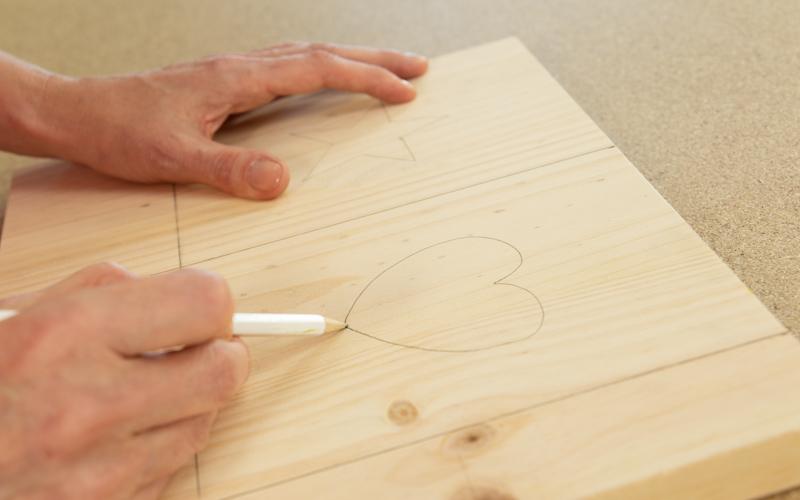 Pinta los detalles navideños en la madera