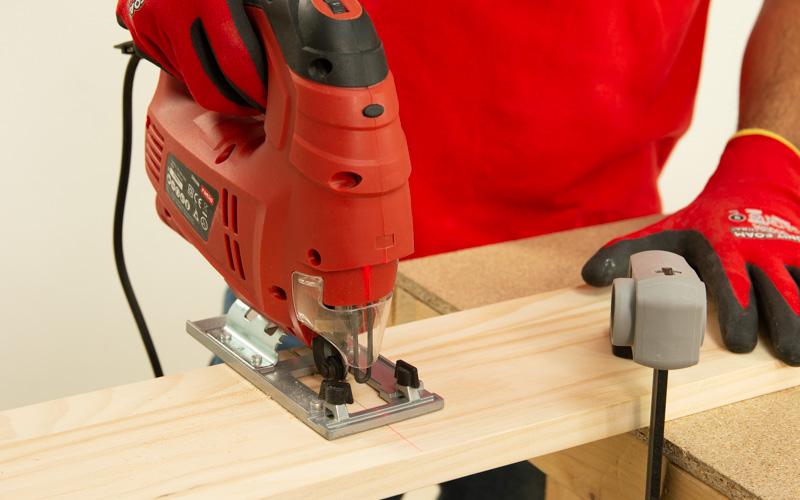 Corta la madera con la sierra de calar