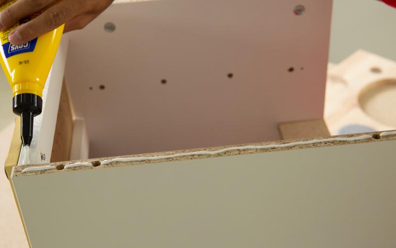 Aplica cola blanca en la cocina para pegar la encimera
