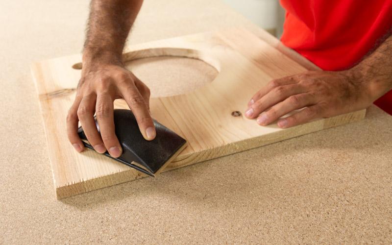 Lija la encimera de madera