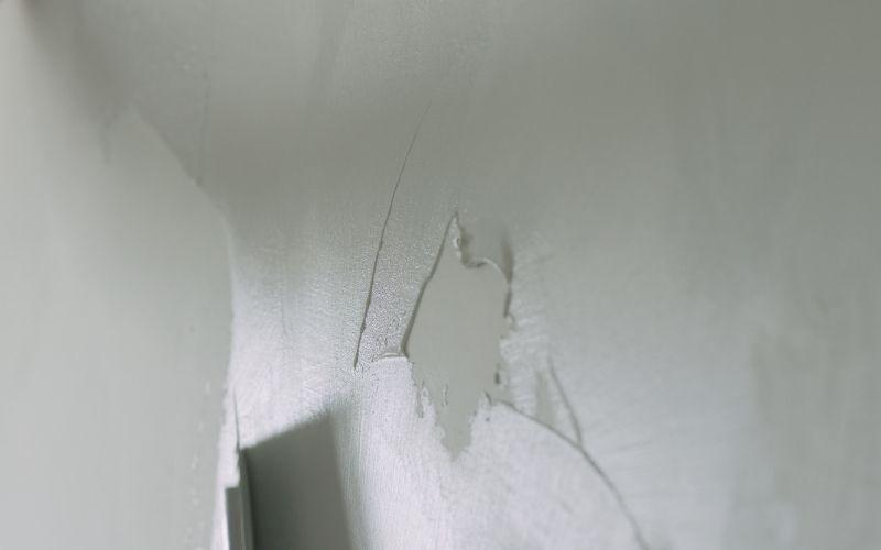 Aplica la masilla en la pared