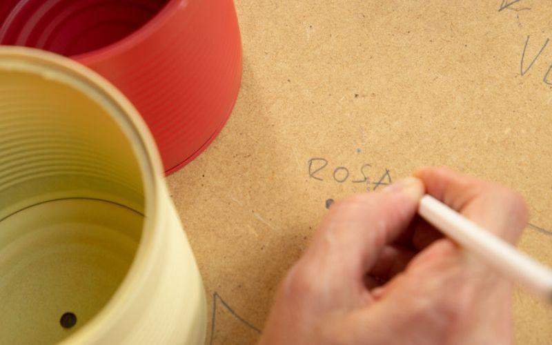 Escribe sobre la base en qué lugar va cada color