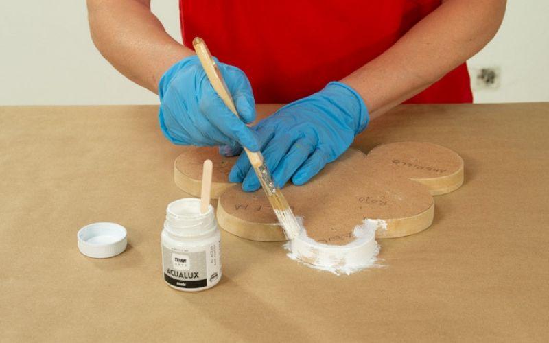 Pinta la base de madera
