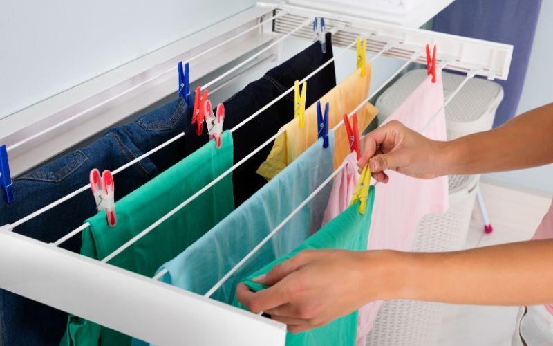 Deja secar la ropa en el tendedero