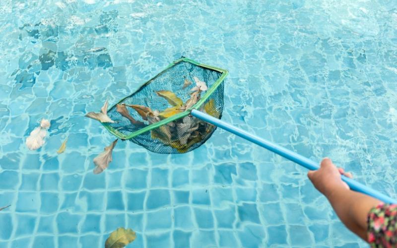 Mantén limpia siempre la superficie de la piscina