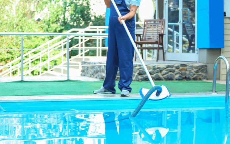 Es importante mantener limpios también los bordillos de la piscina