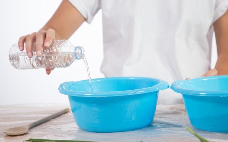 Mezcla el agua con el yeso