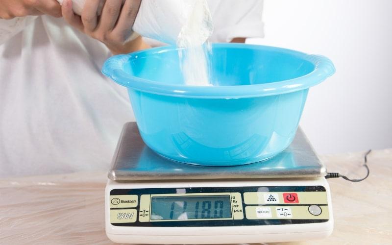 Prepara el yeso para hacer los platos