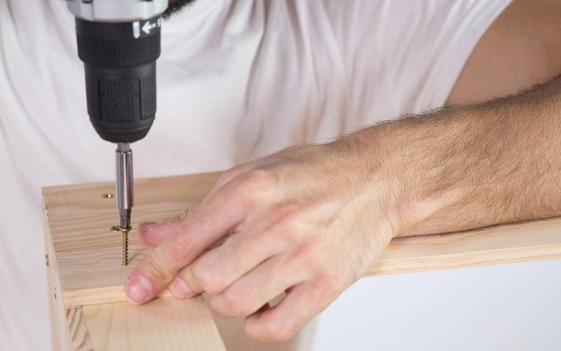 Atornilla las piezas de la mesa baja de jardín