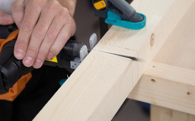 Corta los listones de madera con la sierra de calar