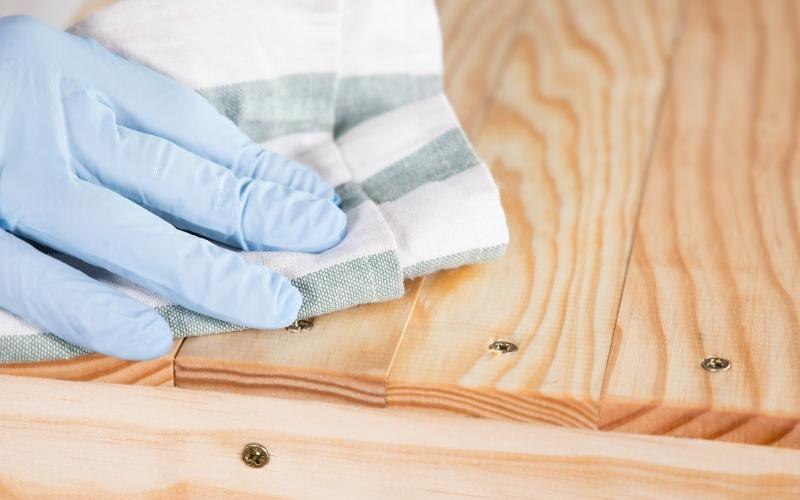 Limpia la madera con un trapo para liberarla del polvo