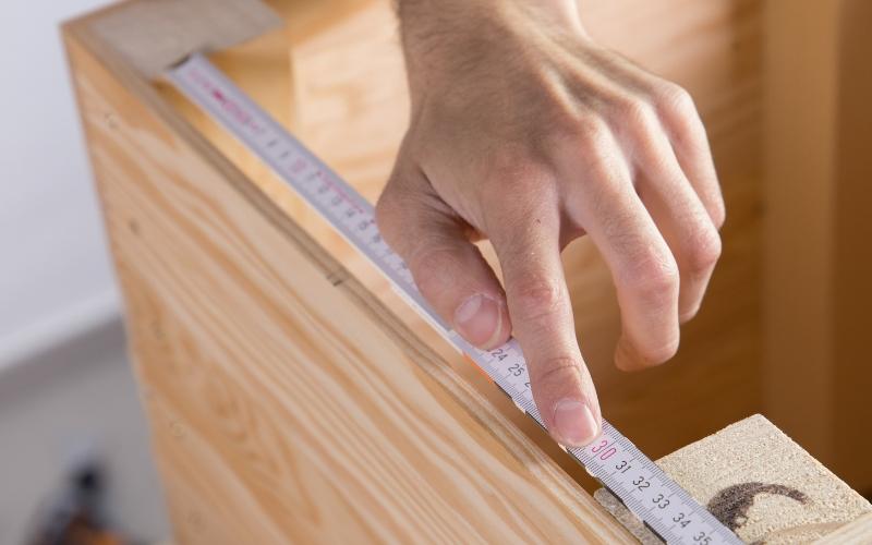 Mide el ancho de la tapa para saber la medida de los travesaños