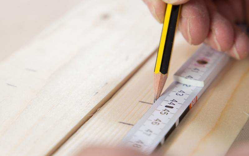 Mide la madera para cortarla después
