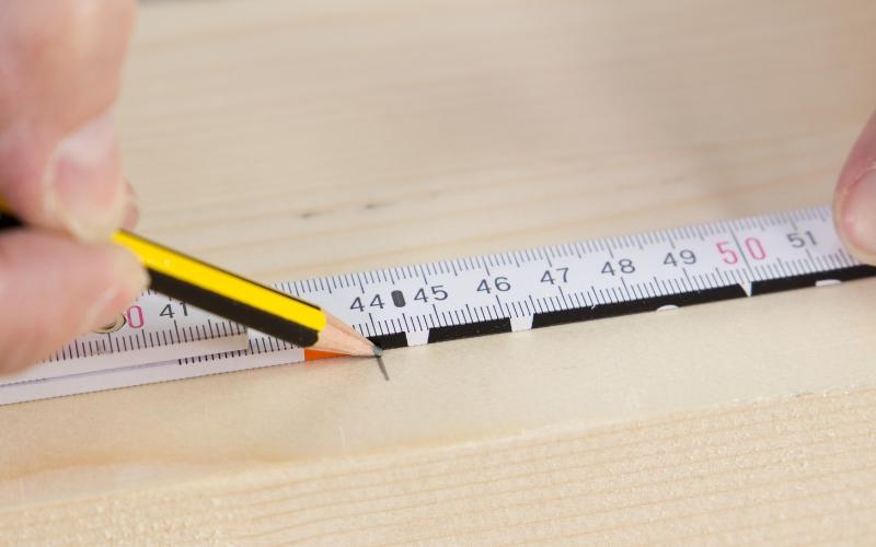 Mide la madera y márcala bien con el lápiz