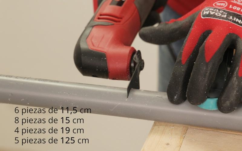 Corta las piezas de la mesa con tuberías