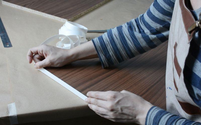 Cantea los bordes de la madera para la mesa