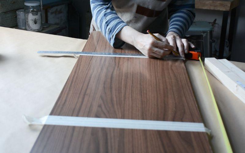 Toma las medidas de la tabla de madera