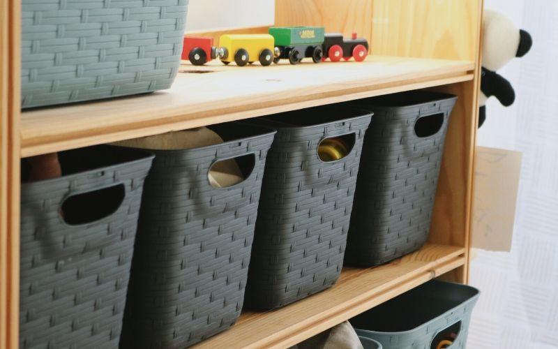 Cajas de almacenaje colocadas en el mueble organizador
