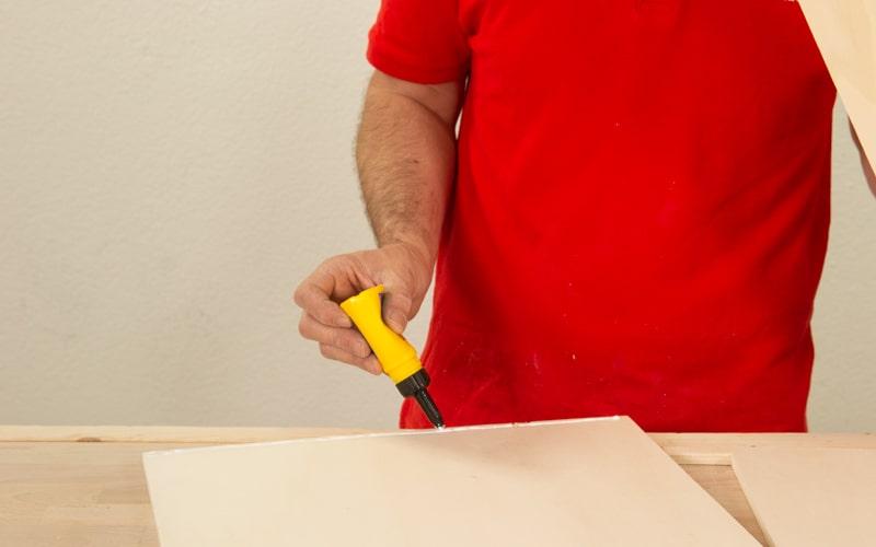 Aplica cola blanca en la madera