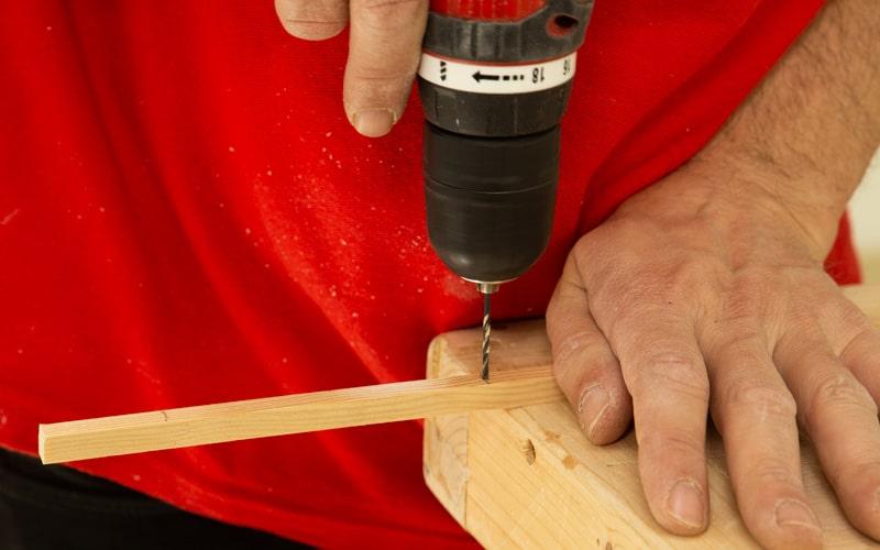 Atornilla los soportes de madera