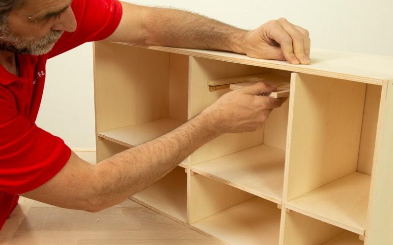 Coloca todas las baldas y soportes del mueble