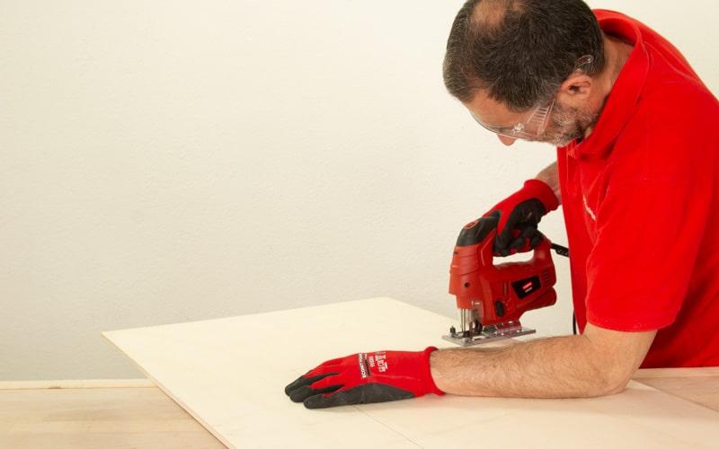 Corta la madera con sierra de calar