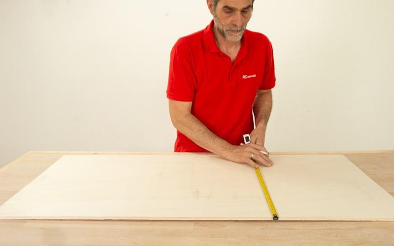 Mide la madera para hacer la estructura del mueble