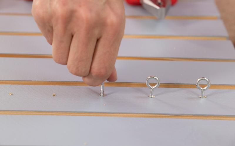 Coloca las hembrillas para colgar herramientas