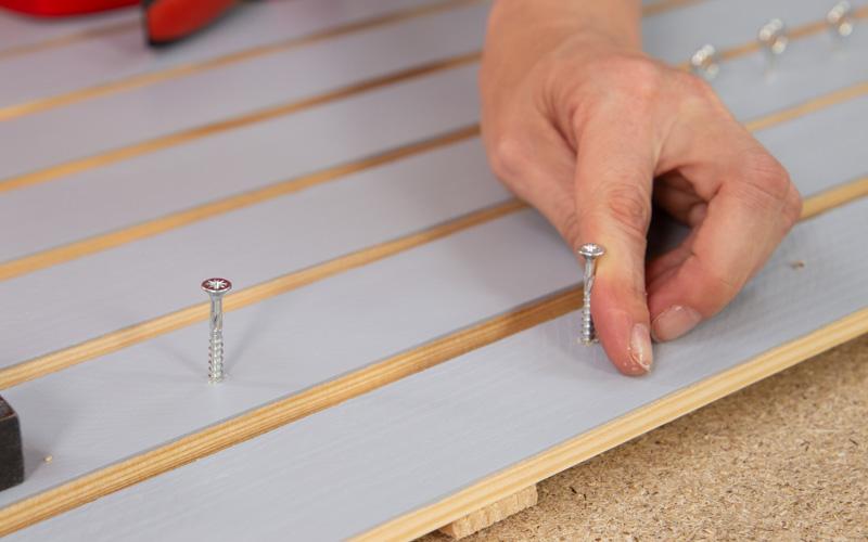 Coloca los tornillos para colgar herramientas