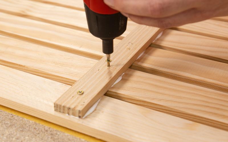 Introduce los tornillos en el panel de herramientas