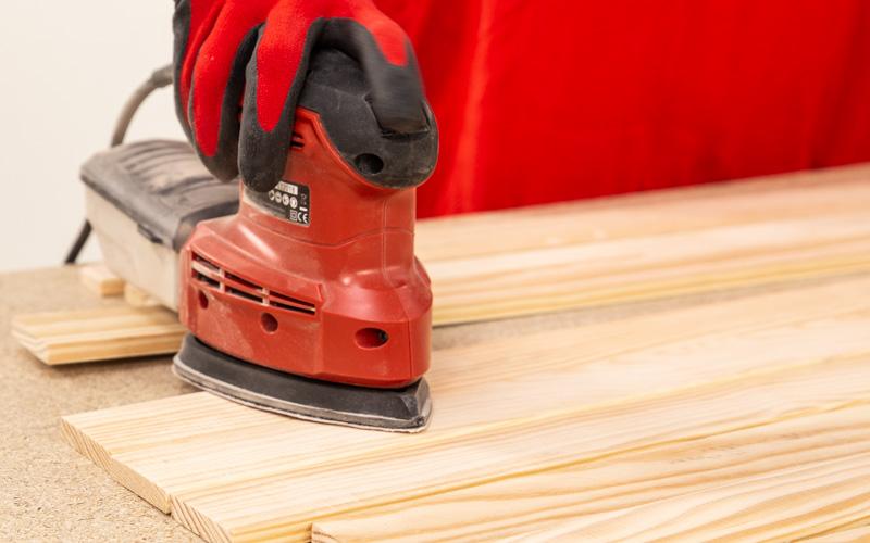 Lija bien toda la madera cortada