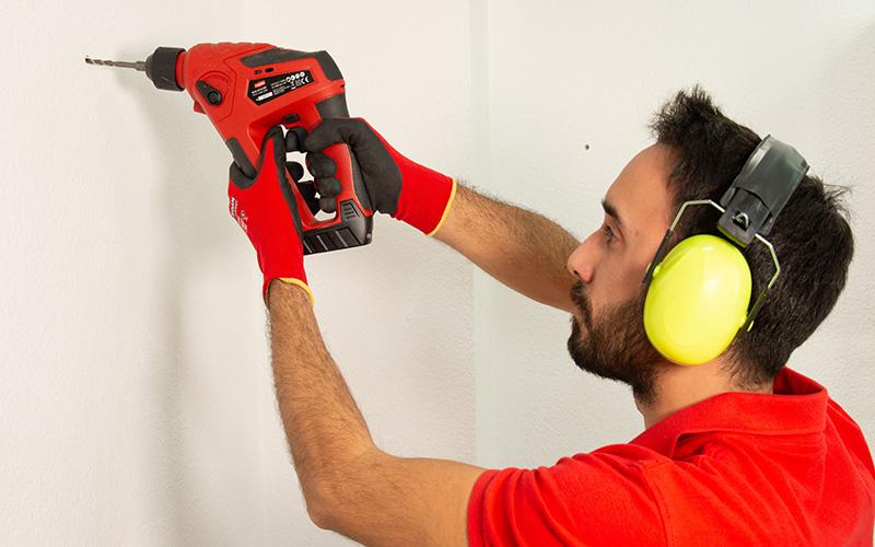 Utiliza el protector auditivo para taladrar
