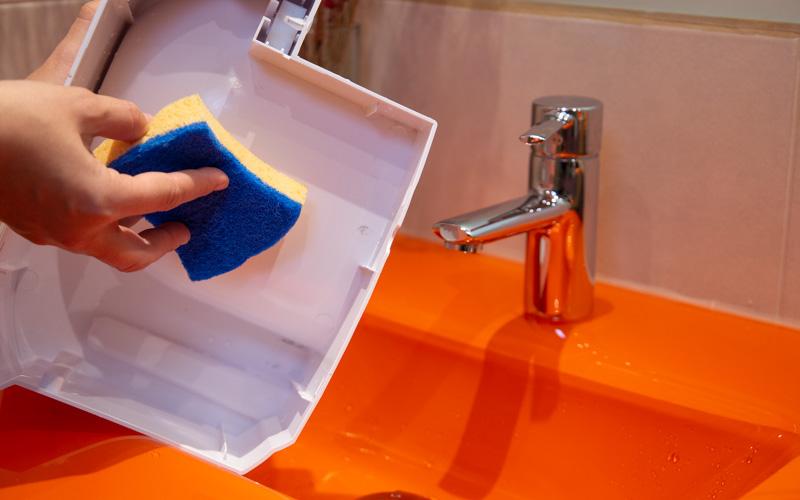 Vacía y limpia el depósito de agua regularmente