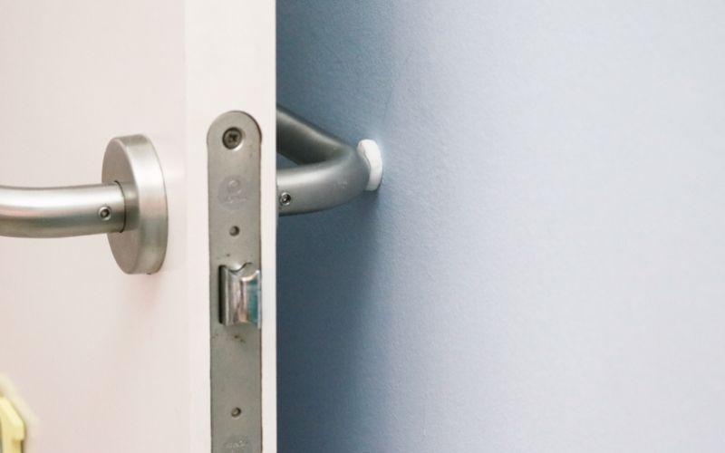 Evita que las puertas rocen la pared con Kintsuglue