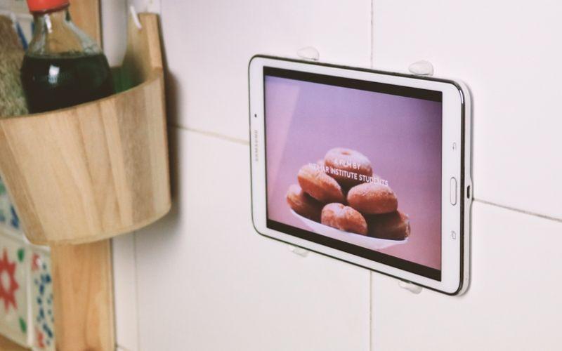 Coloca tu tablet en la pared con ayuda de la masilla kintsuglue