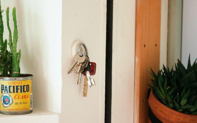 Coloca las llaves en la pared con ayuda de la masilla