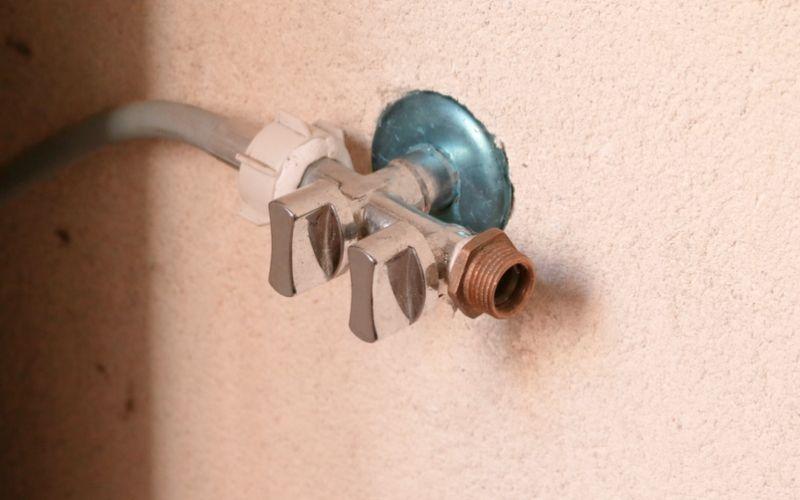 Repara los elementos de la pared con masilla