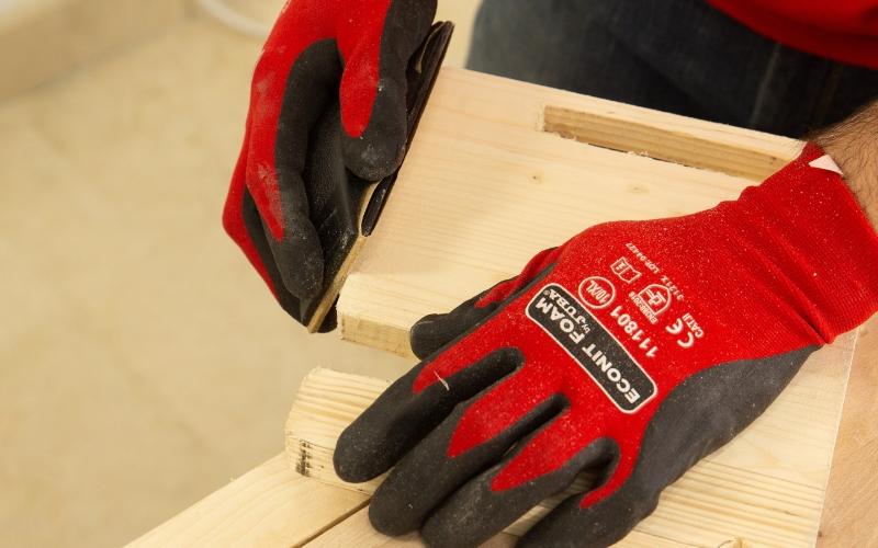 Lija la madera que has cortado previamente