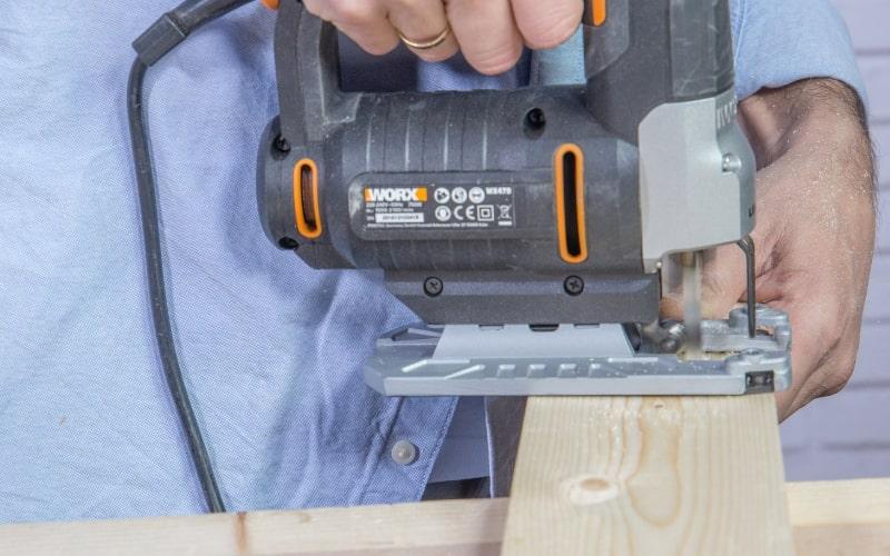 Corta la madera con al sierra de calar
